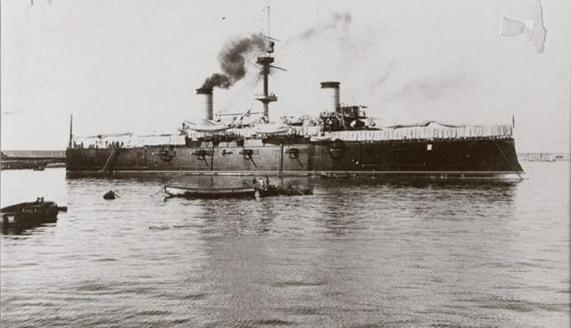 """Crucero acorazado """"Cristóbal Colón"""". Aunque estaba a falta de sus cañones principales de 10"""" formó parte de la escuadrilla de Cervera. Abajo vemos una fotografía de los oficiales del """"Cristóbal Colón""""."""
