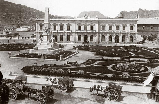 Aspecto de la plaza en los años de 1930. A la izquierda se ve el Club de Regatas y en el centro el Edificio de Aduanas.